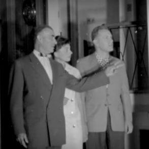 рієлтор проводить показ будинку у 1957 році
